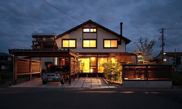 自然素材の木の家の建築実例:外観(夜景、ガレージのある家)